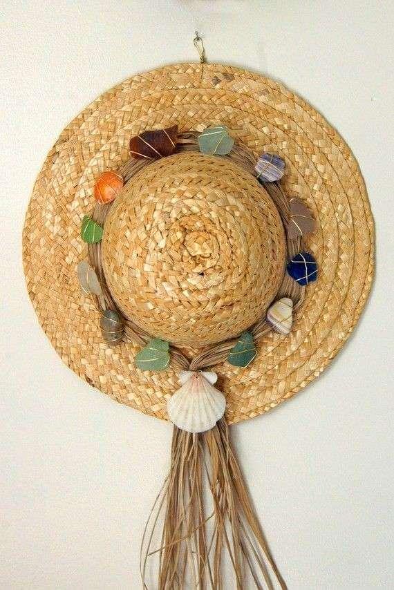 Cappello di paglia con sassi e conchiglie