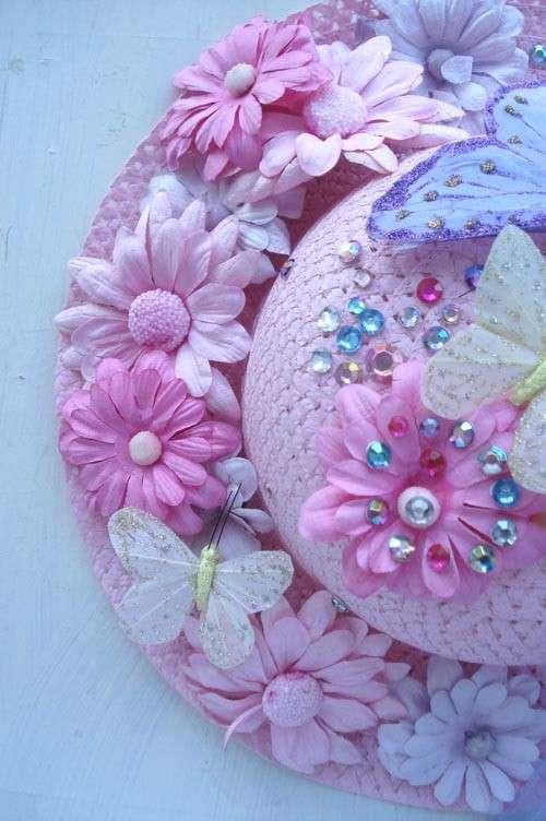 Cappello rosa con decorazioni