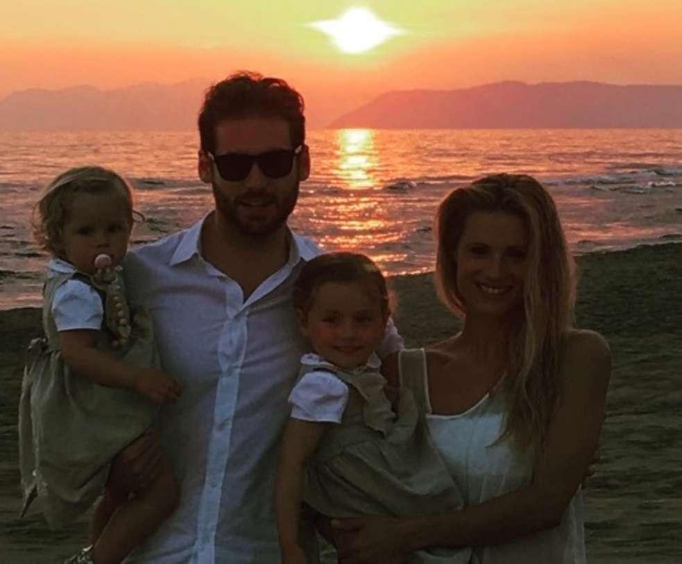 Michelle Hunziker e Tomaso Trussardi con le figlie in spiaggia al tramonto