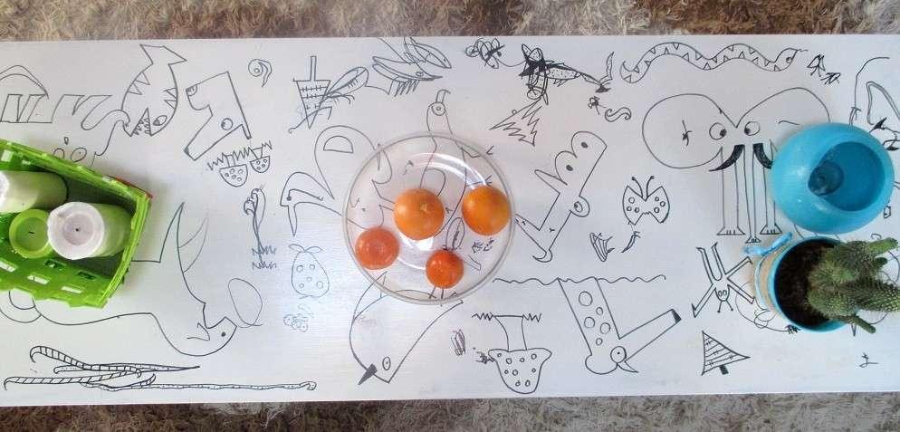 Tavolino decorato con pennarelli