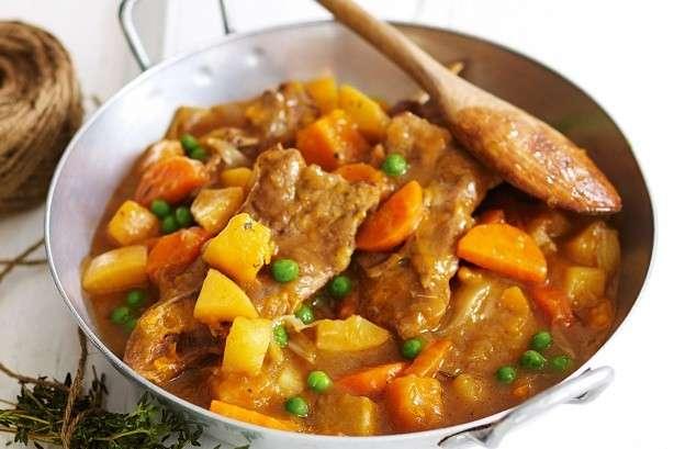 Agnello in umido con patate, carote e piselli