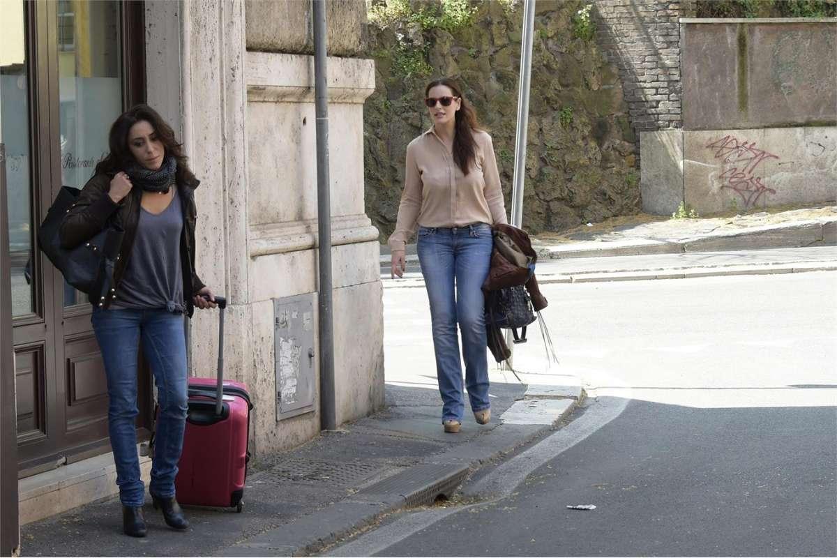 Francesca Vecchioni con la valigia insieme con Simona Borioni