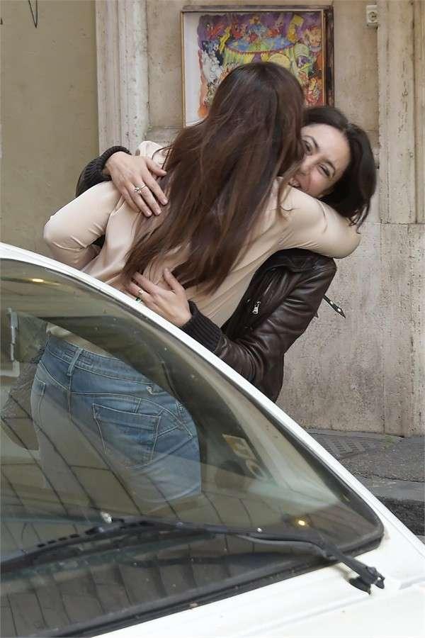 Francesca Vecchioni e Simona Borioni si abbracciano