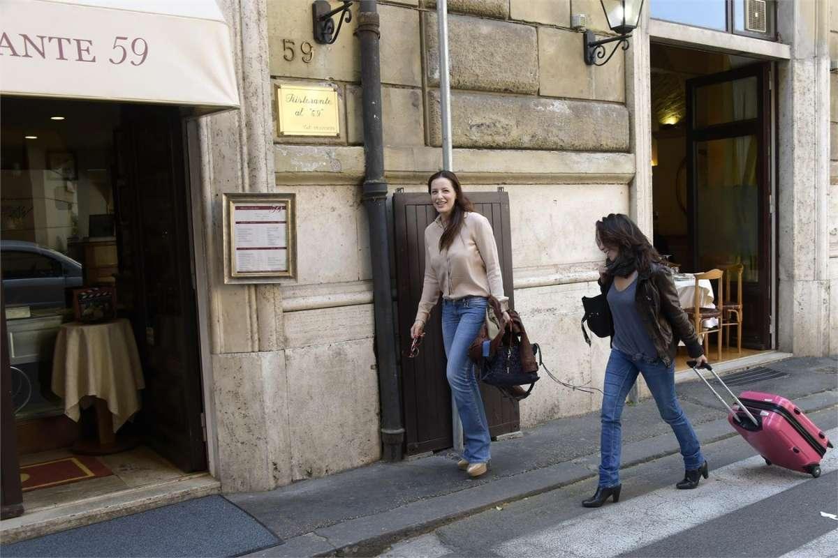 L'attrice e Francesca Vecchioni si recano al ristorante 59 a Roma