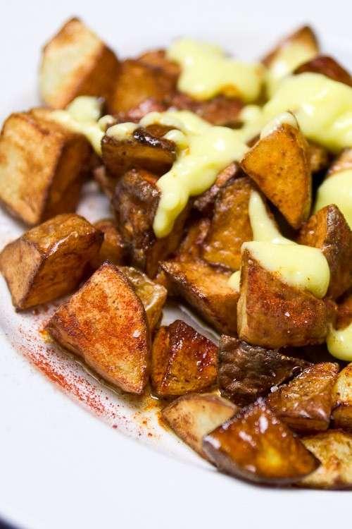Patatas bravas con salsa aioli