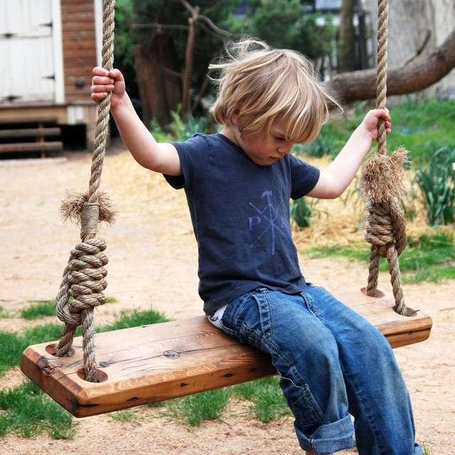 Altalena con corde e tavola di legno