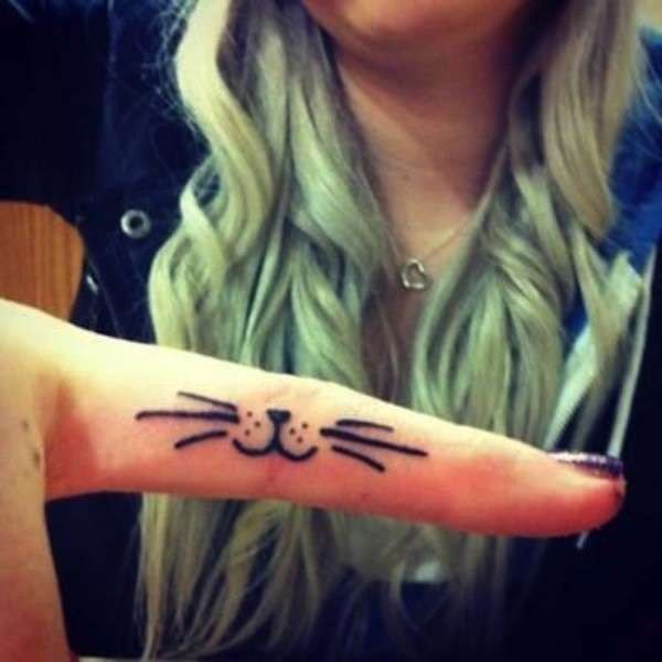 Baffi e nasino di gatto tatuati sul dito