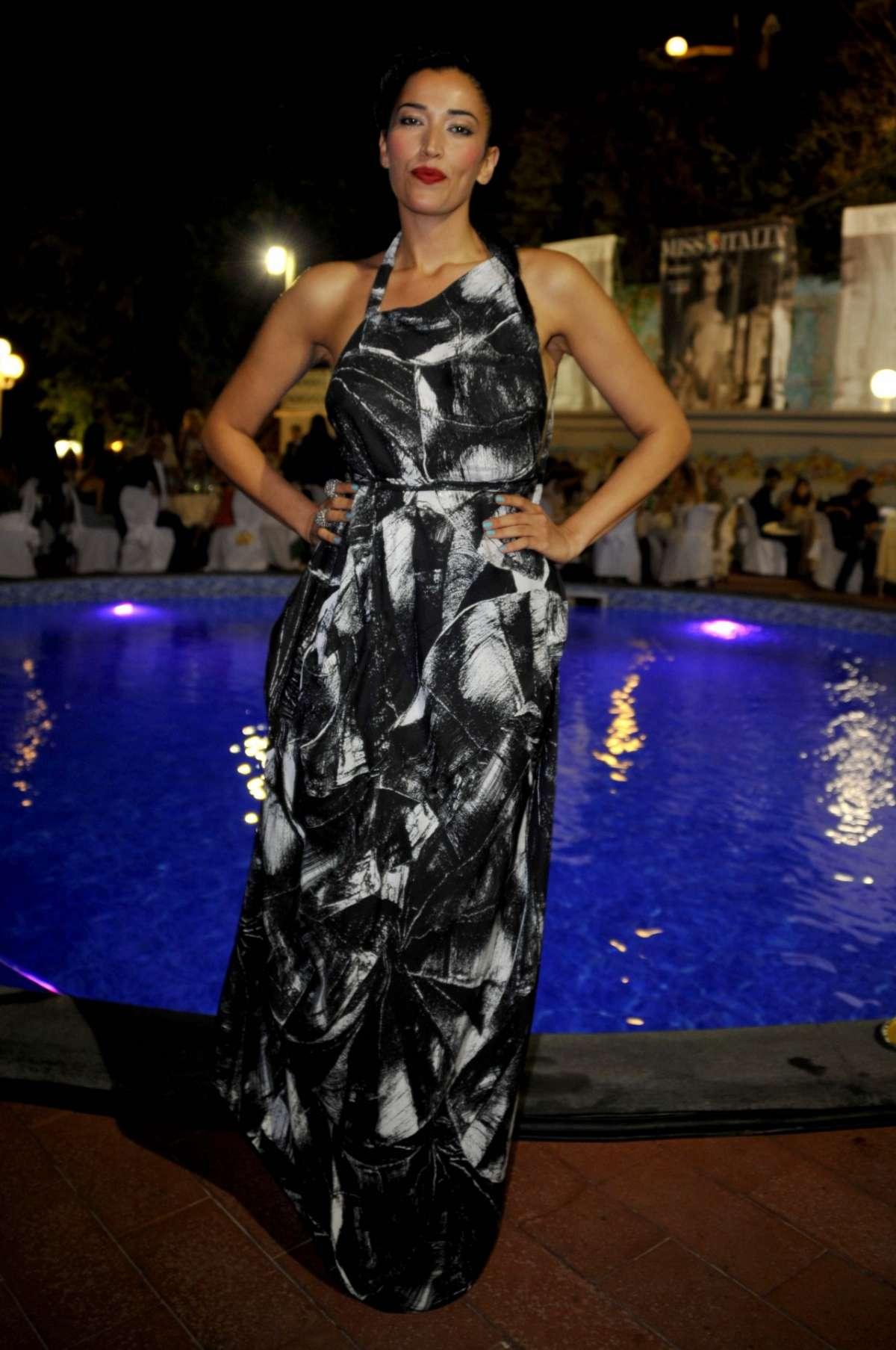 Nina Zilli con abito bicolor