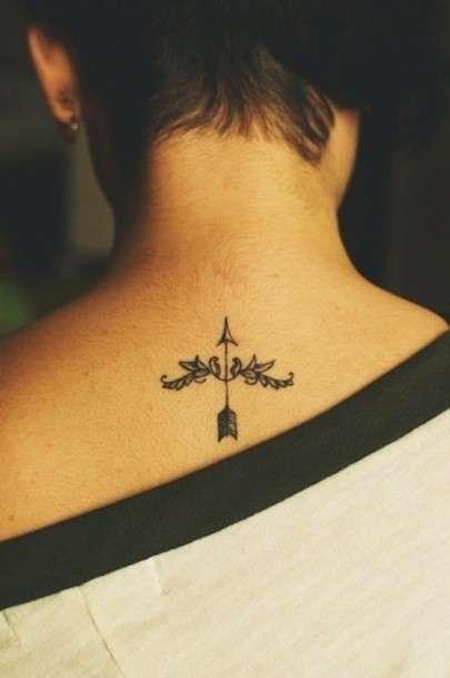 Tatuaggio con freccia sulla nuca