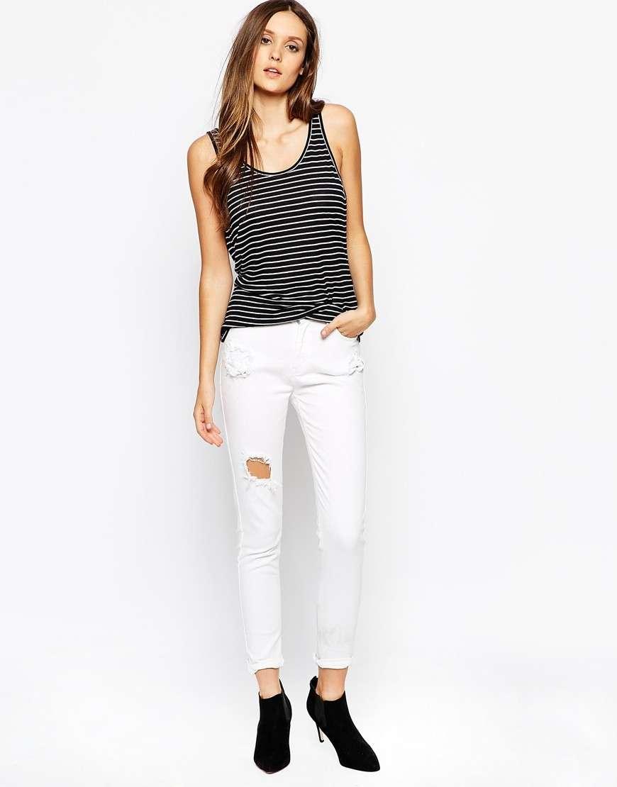 Top bicolor e jeans bianchi