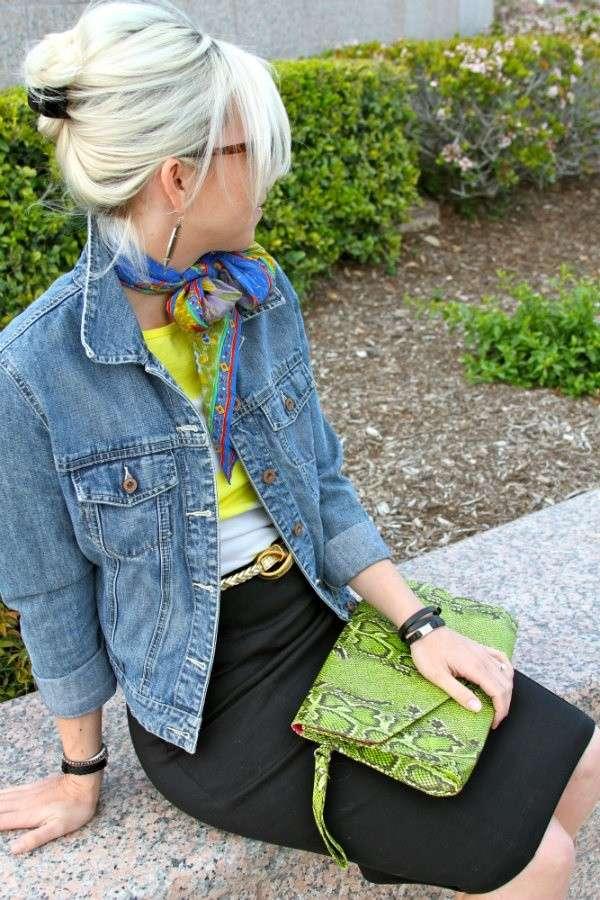 Tubino nero e giacca di jeans