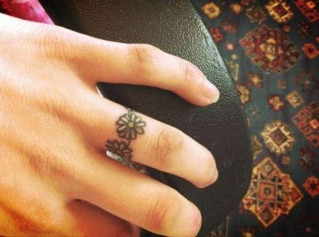 Anello di fiori sul dito