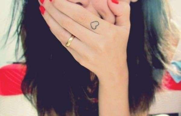 Tatuaggio con cuore sul dito