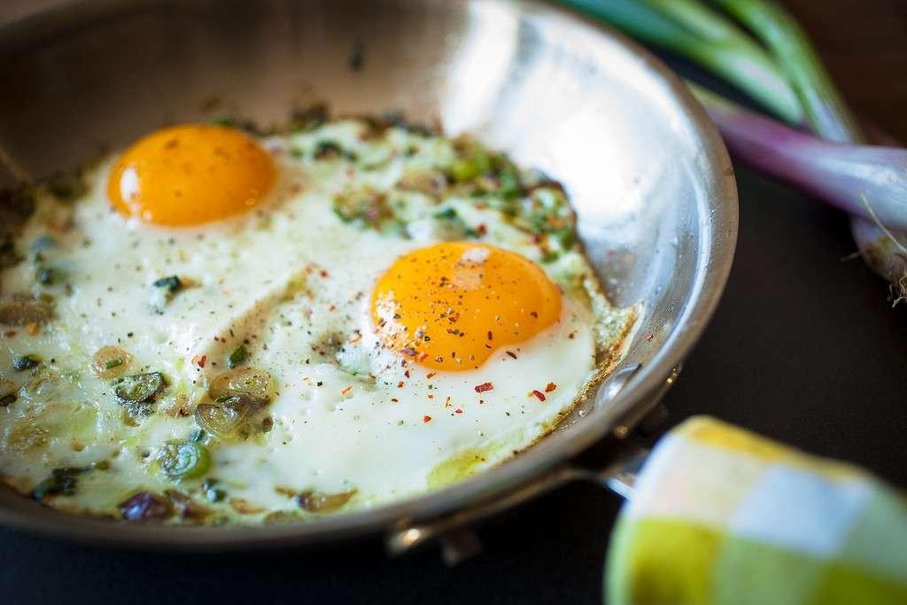 Uova al tegamino con cipollotti
