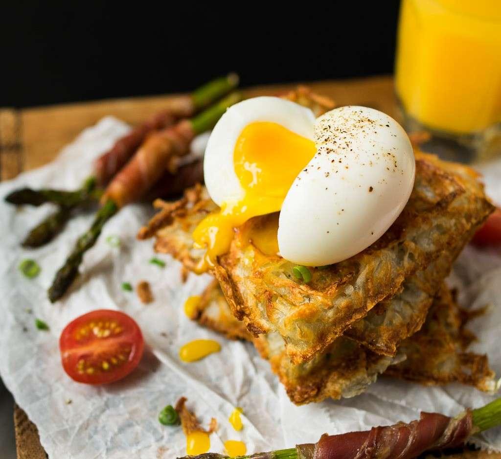 Waffles salati con uovo alla coque e asparagi