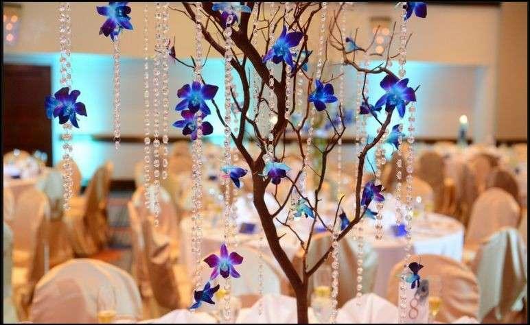 Alberello con orchidee blu