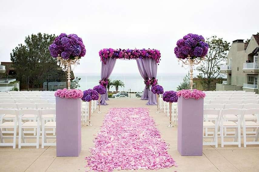 Altare con orchidee viola
