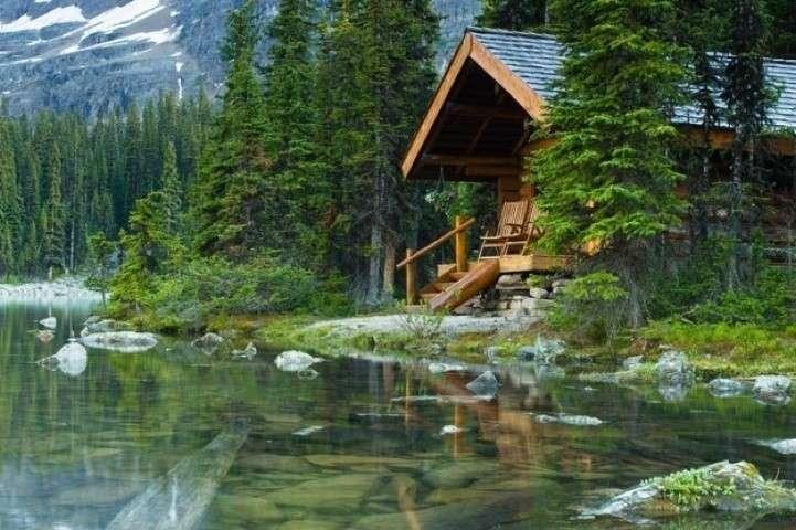 Casa di legno con lago