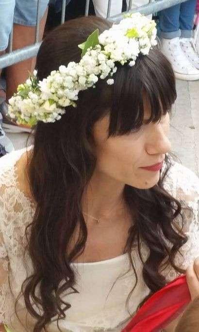 Ghirlanda di fiori in testa per Elisa
