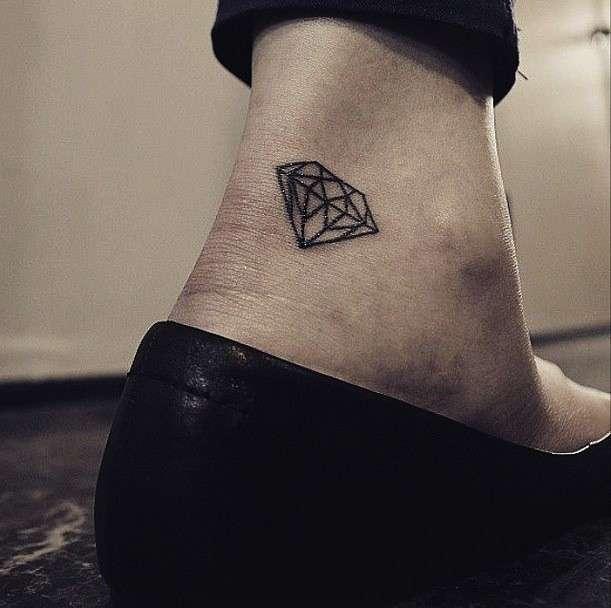 Tatuaggio sulla caviglia con diamante
