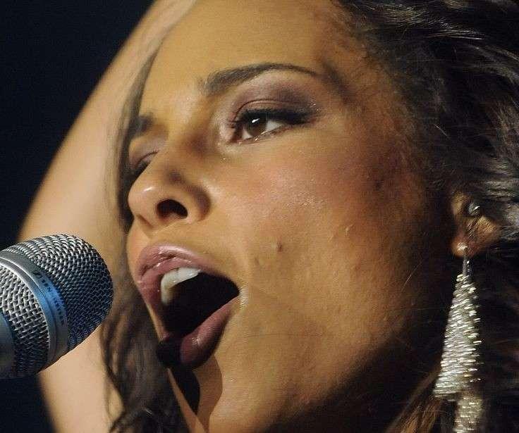 Alicia Keys con acne