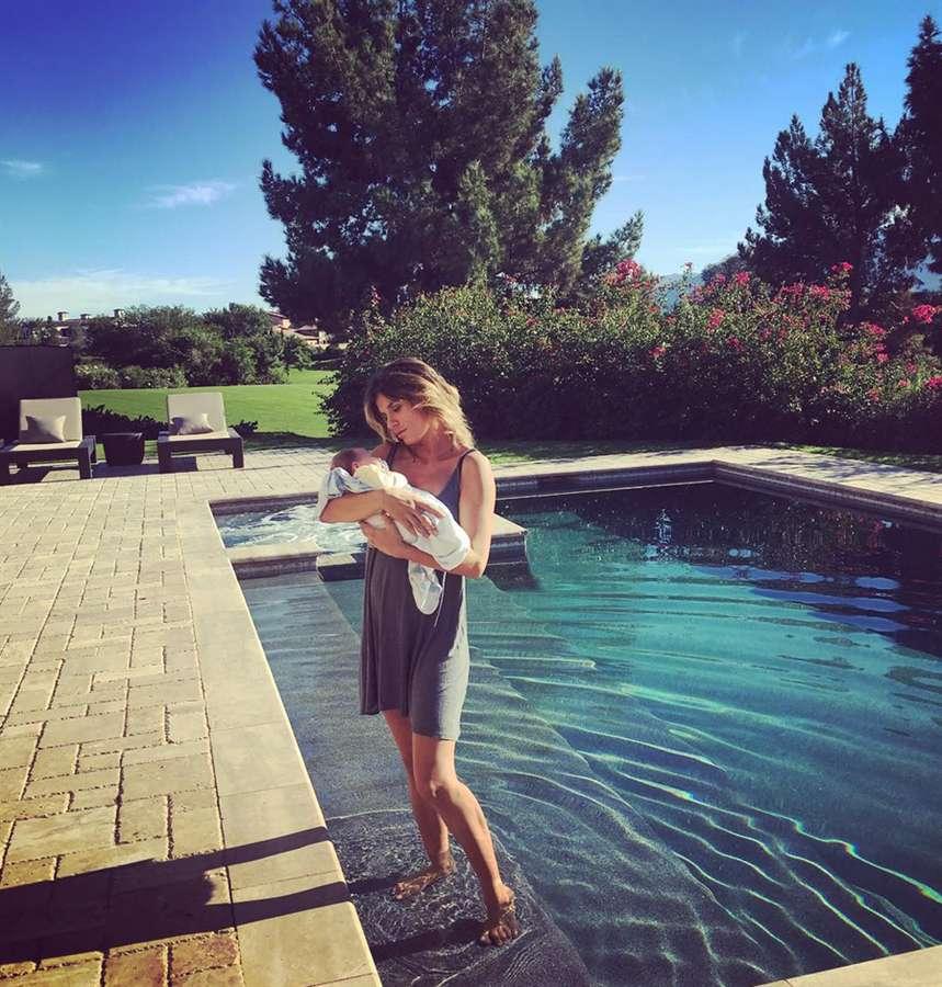 La mamma vip con Skyler Eva in piscina