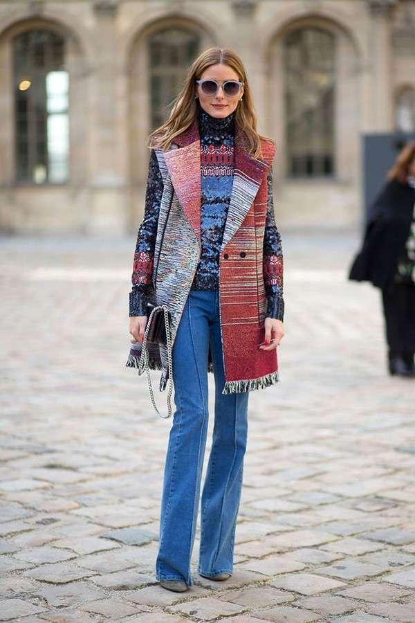 Capispalla colorati e jeans a zampa