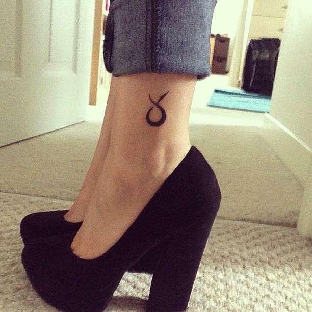 Tatuaggio caviglia segno zodiacale Toro