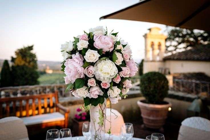Vaso in vetro con bouquet di rose