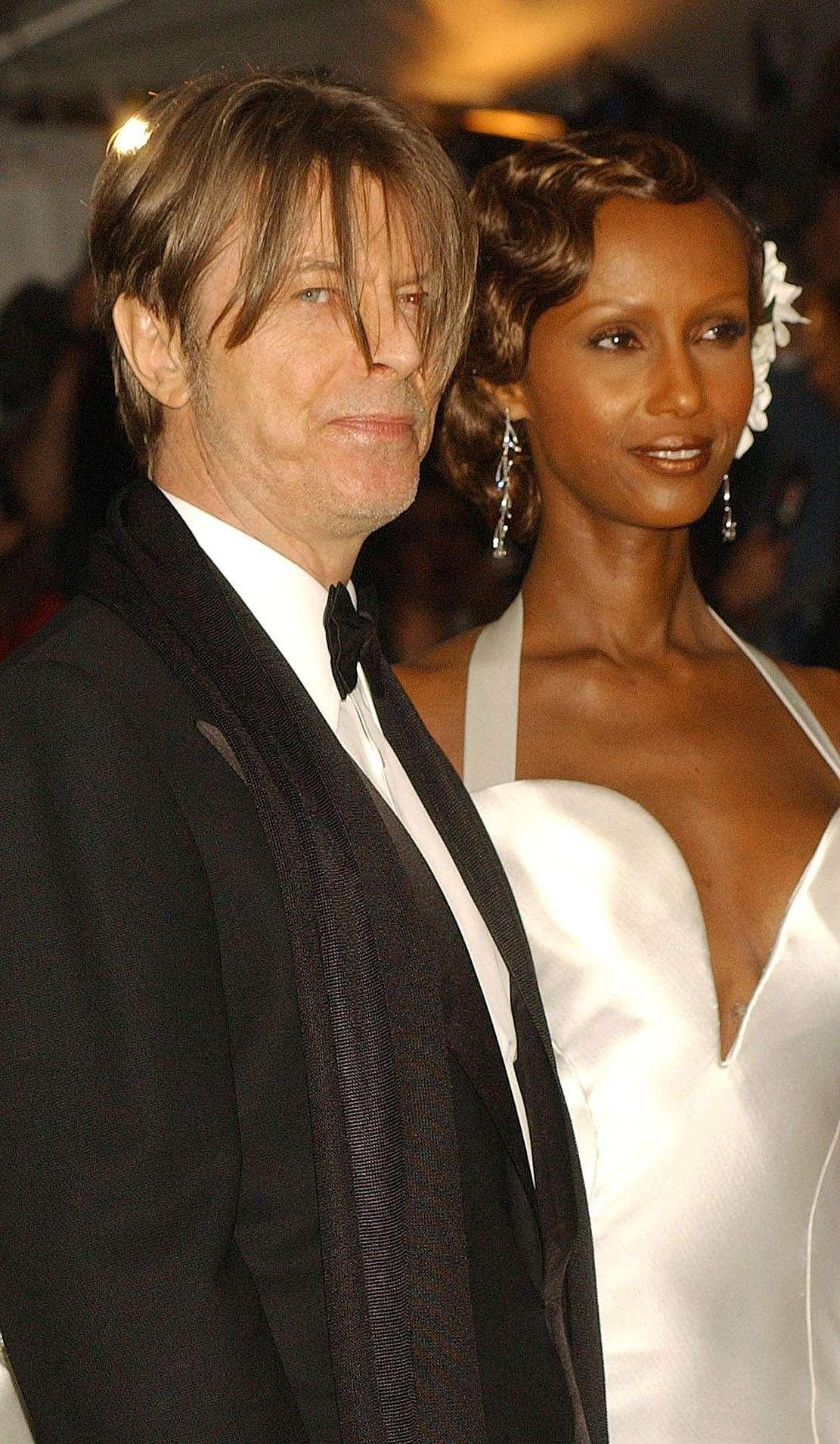 Abito classico e scuro per il Duca Bianco, outfit white per la moglie