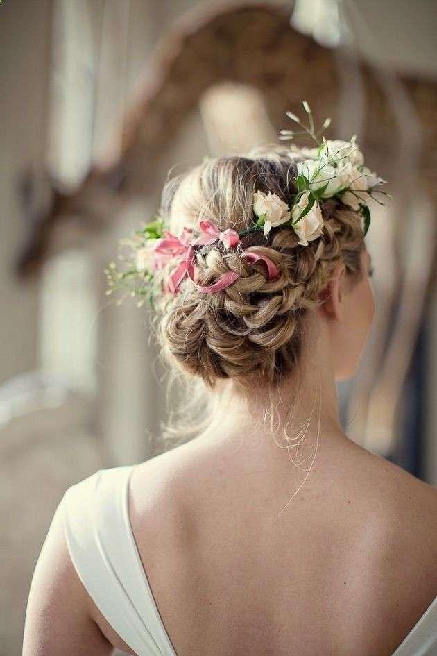 Acconciatura con fiori per la sposa