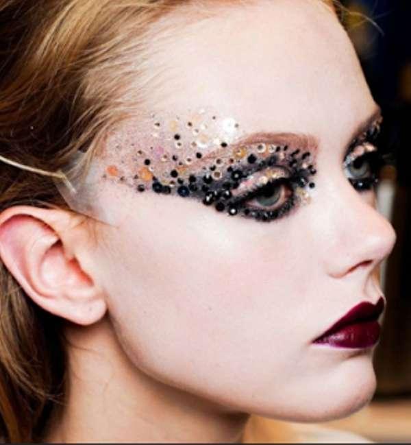 Make up da strega con occhi paillettes