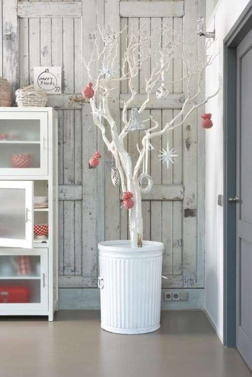 Albero con rami bianchi