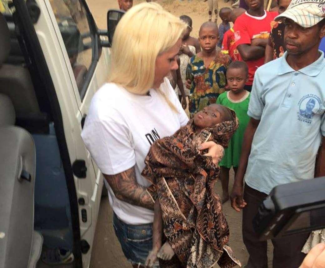 Bambino nigeriano salvato da una volontaria danese