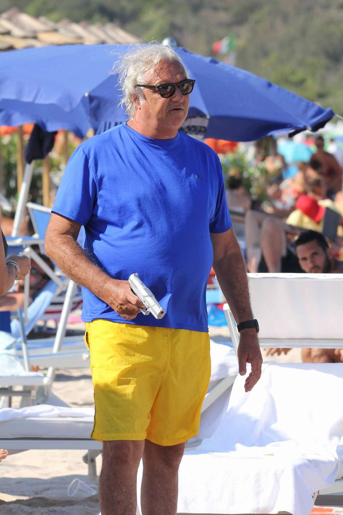 Il manager in costume in spiaggia