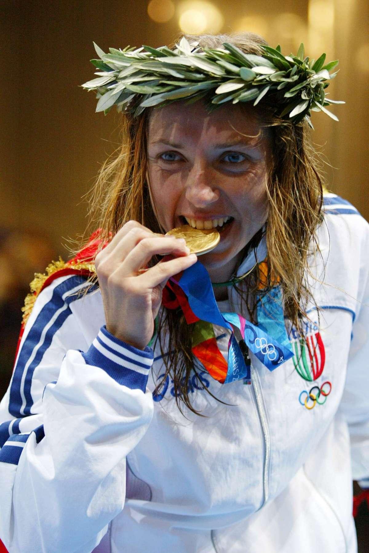 La schermitrice vince l'oro alle Olimpiadi di Atene 2004