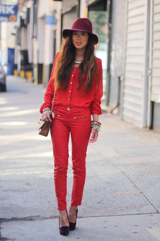 Look in rosso con accessori a contrasto