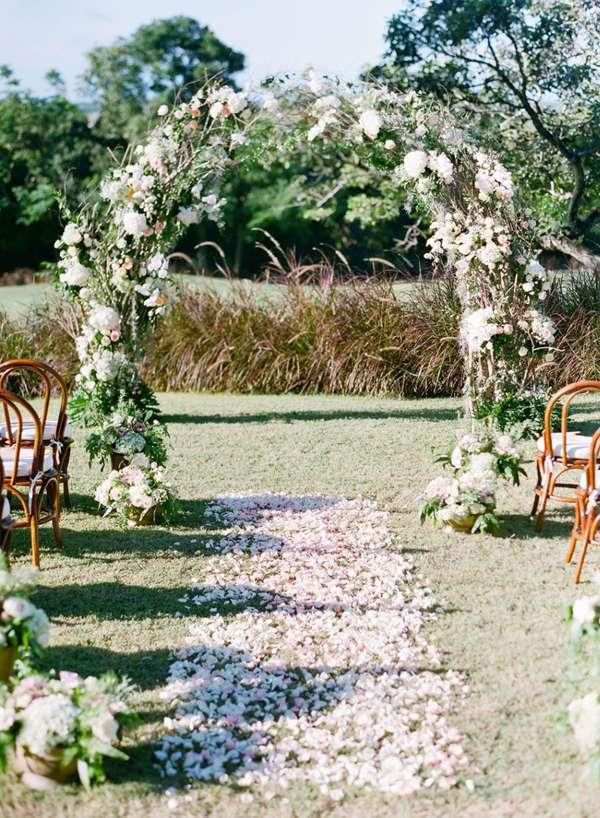 Altare con fiori e petali