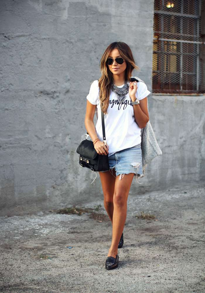 Minigonna di jeans e scarpe slippers
