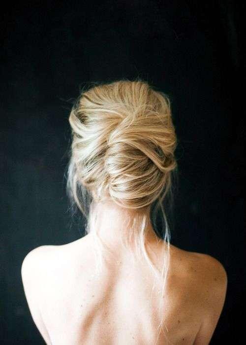 Acconciatura raccolta messy per capelli lunghi