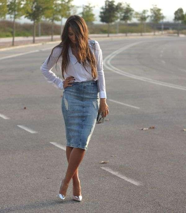 Blusa bianca e tubino di jeans