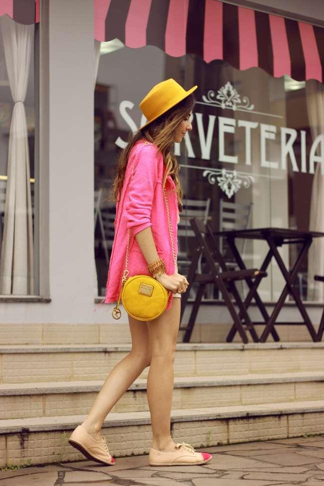 Giacca rosa e accessori gialli