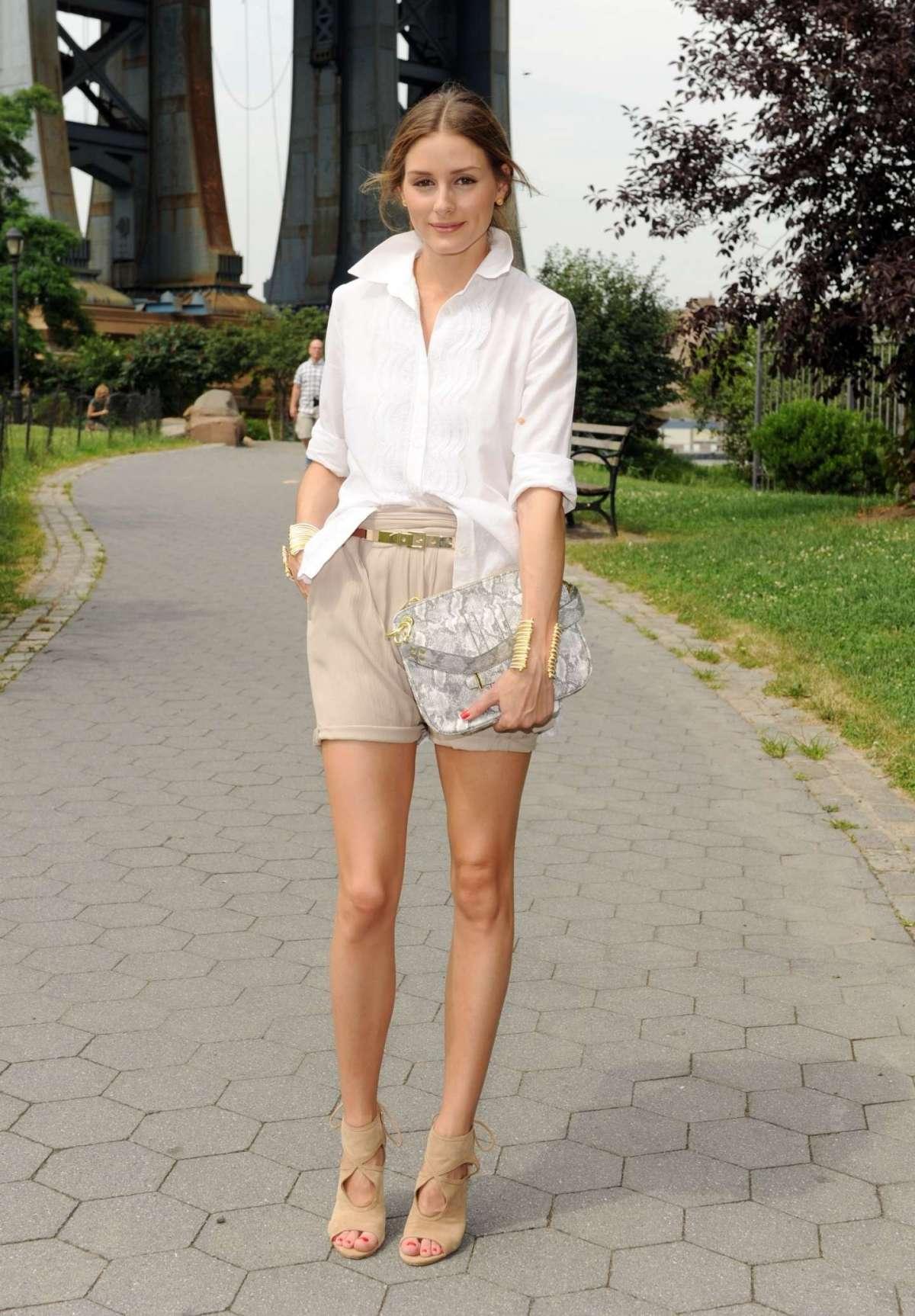 Shorts beige e camicia bianca