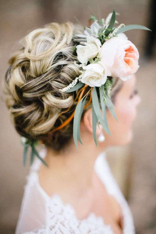 Look con corona di fiori
