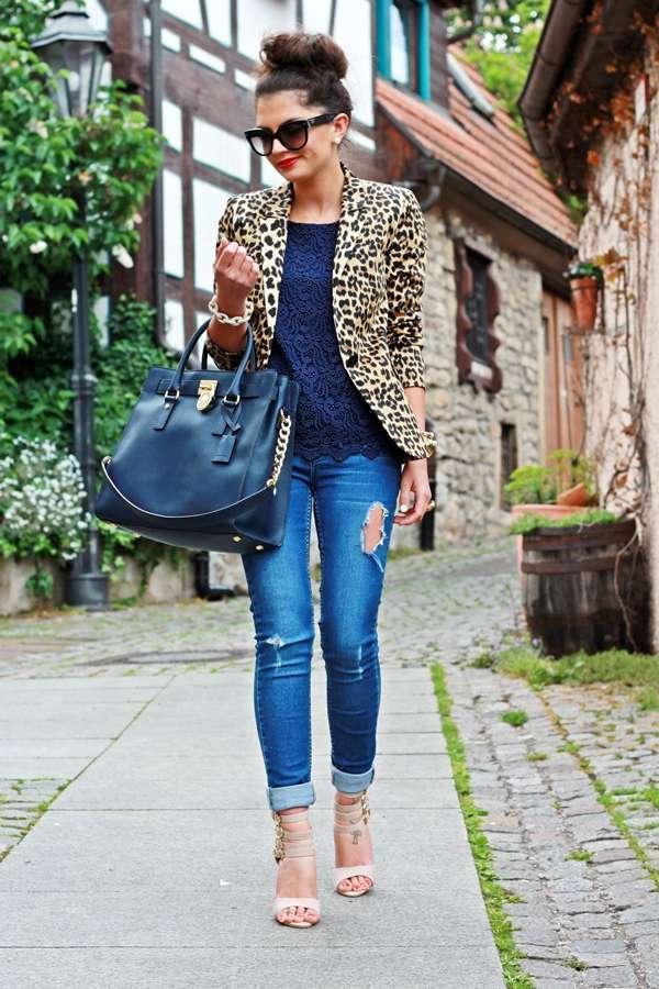 Jeans aderenti e blazer animalier