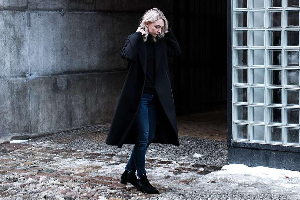 Jeans e cappotto nero
