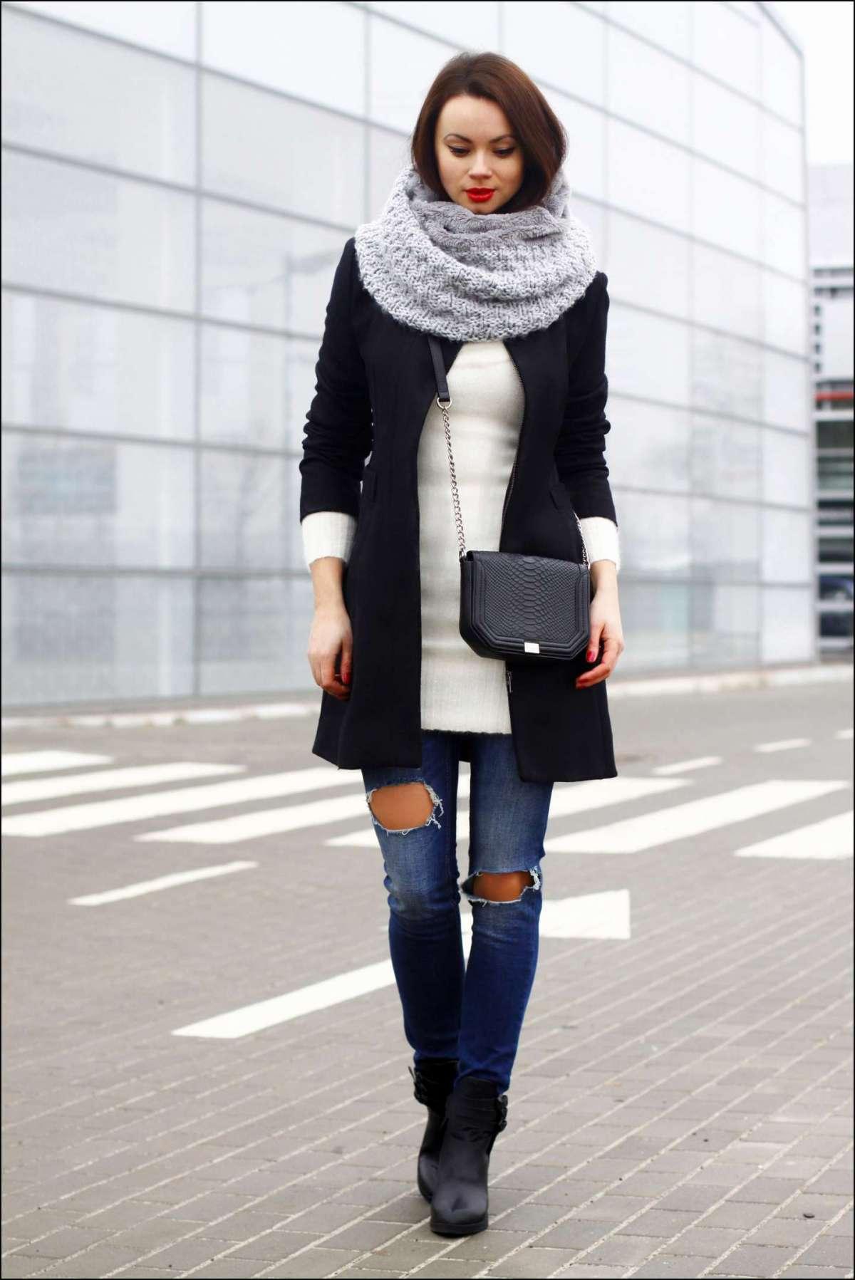 Jeans strappati e cappotto nero