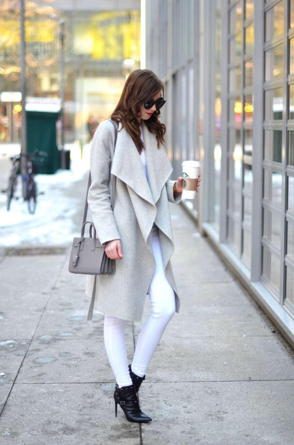 Pantaloni bianchi e cappotto grigio