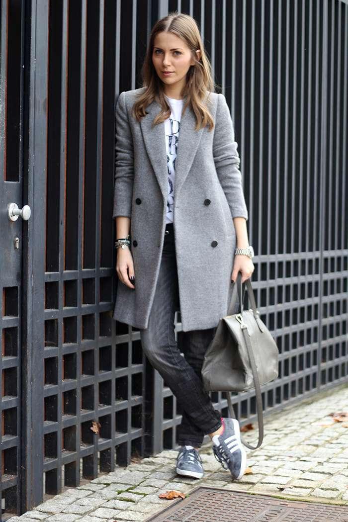 Sneakers e cappotto grigio