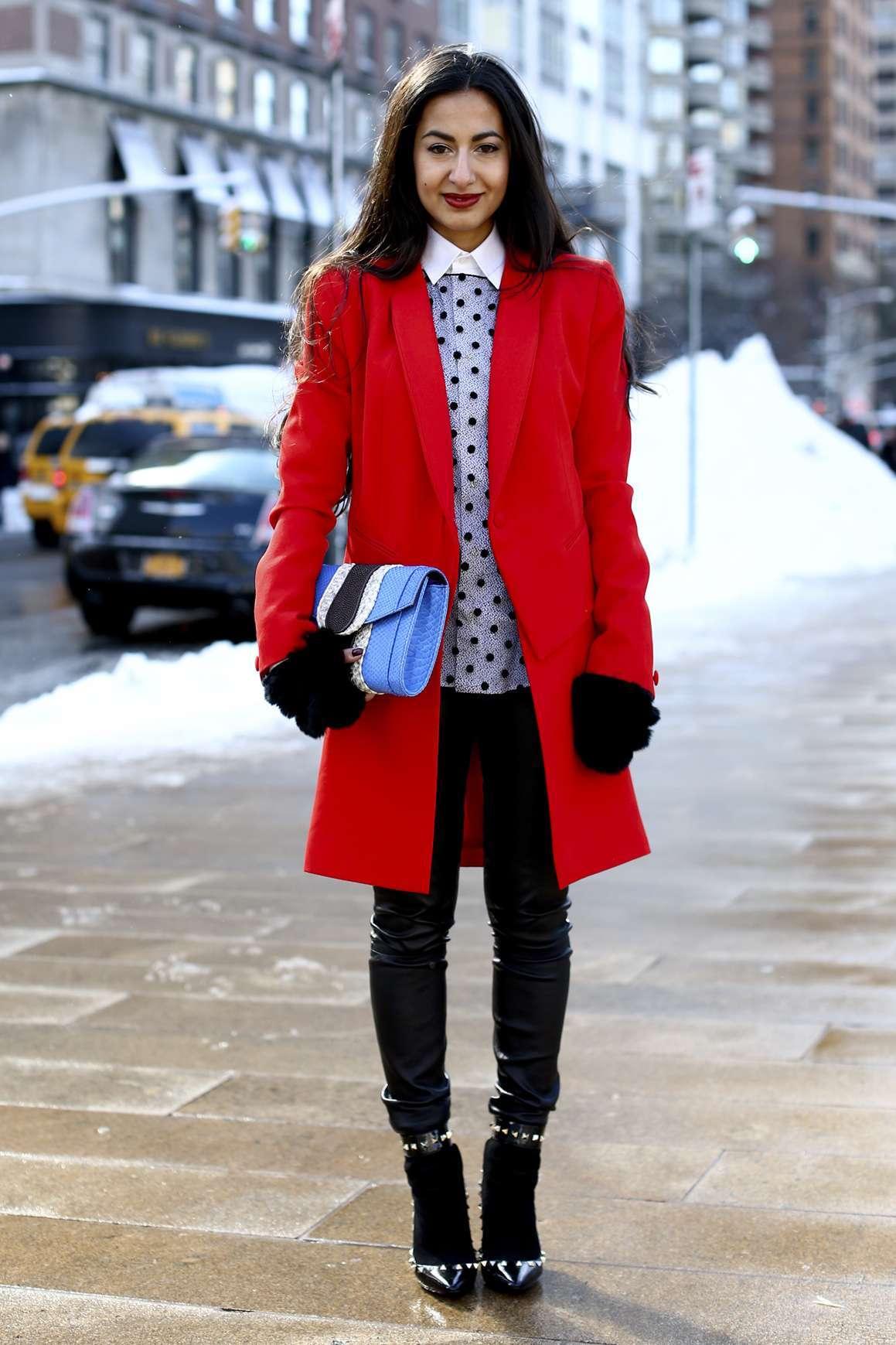 Felpa grigia e cappotto rosso